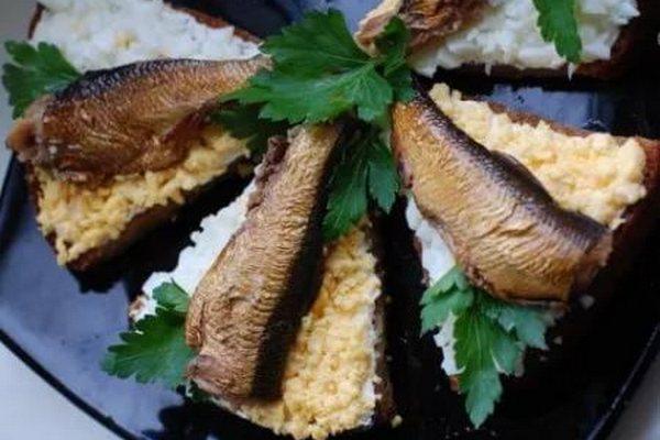 Чесночные бутерброды с шпротами