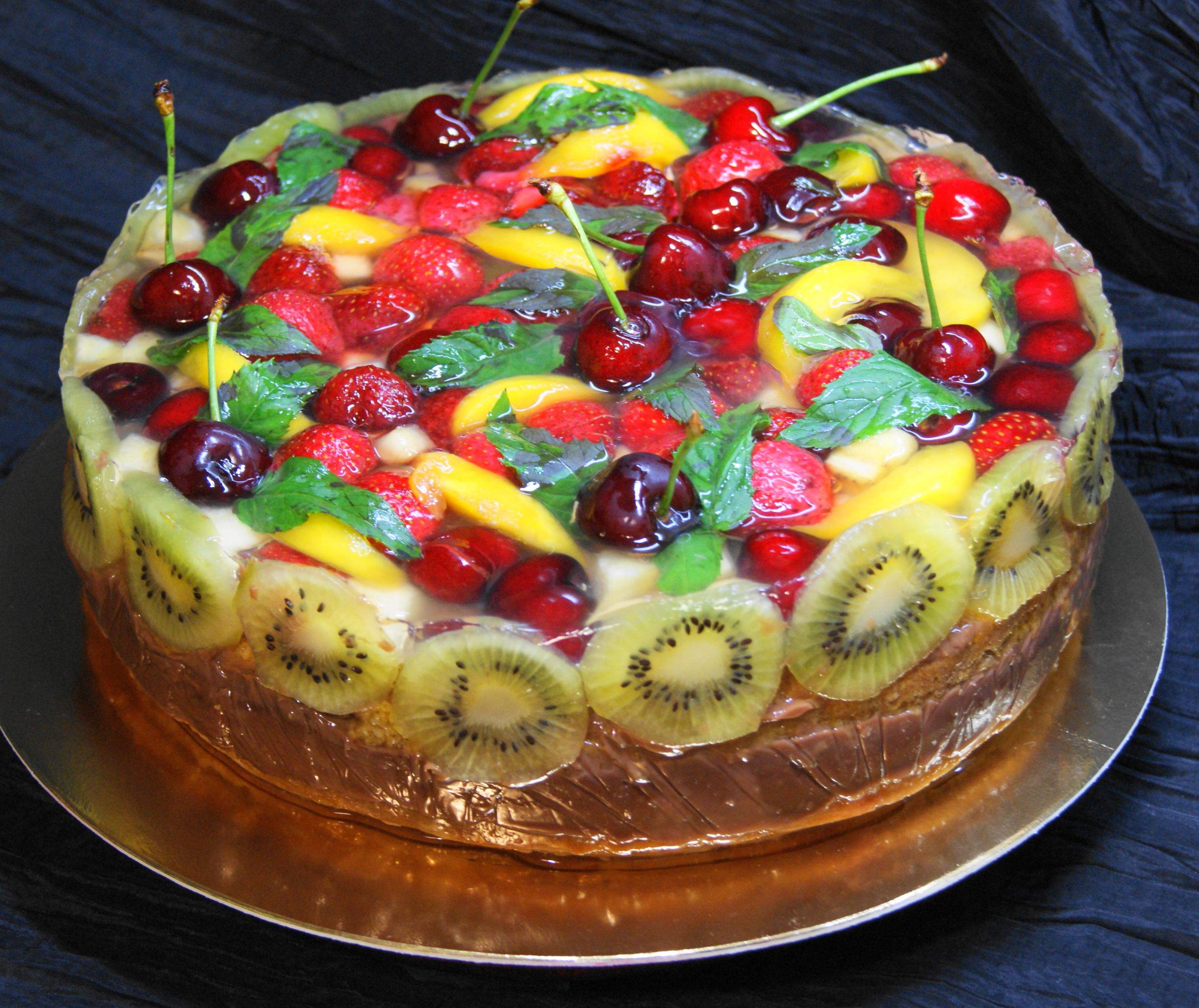 Необыкновенно красивые и весьма низкокалорийные торты с желе можно подавать по любому поводу (или без него) в любое время года.