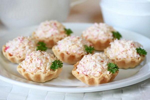Тарталетки с крабовым мясом и сыром