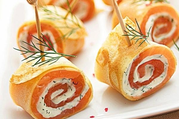 Закусочные рулетики из блинов с лососем