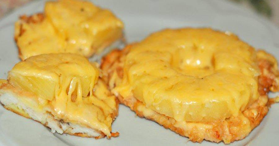 Куриное филе с ананасом и сыром в духовке