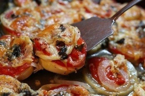 Кабачки, запеченные в духовке с луком и помидорами