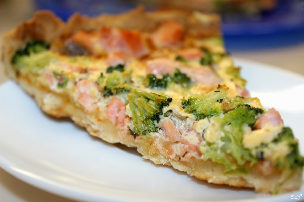 Пирог киш с брокколи, рыбой и сыром