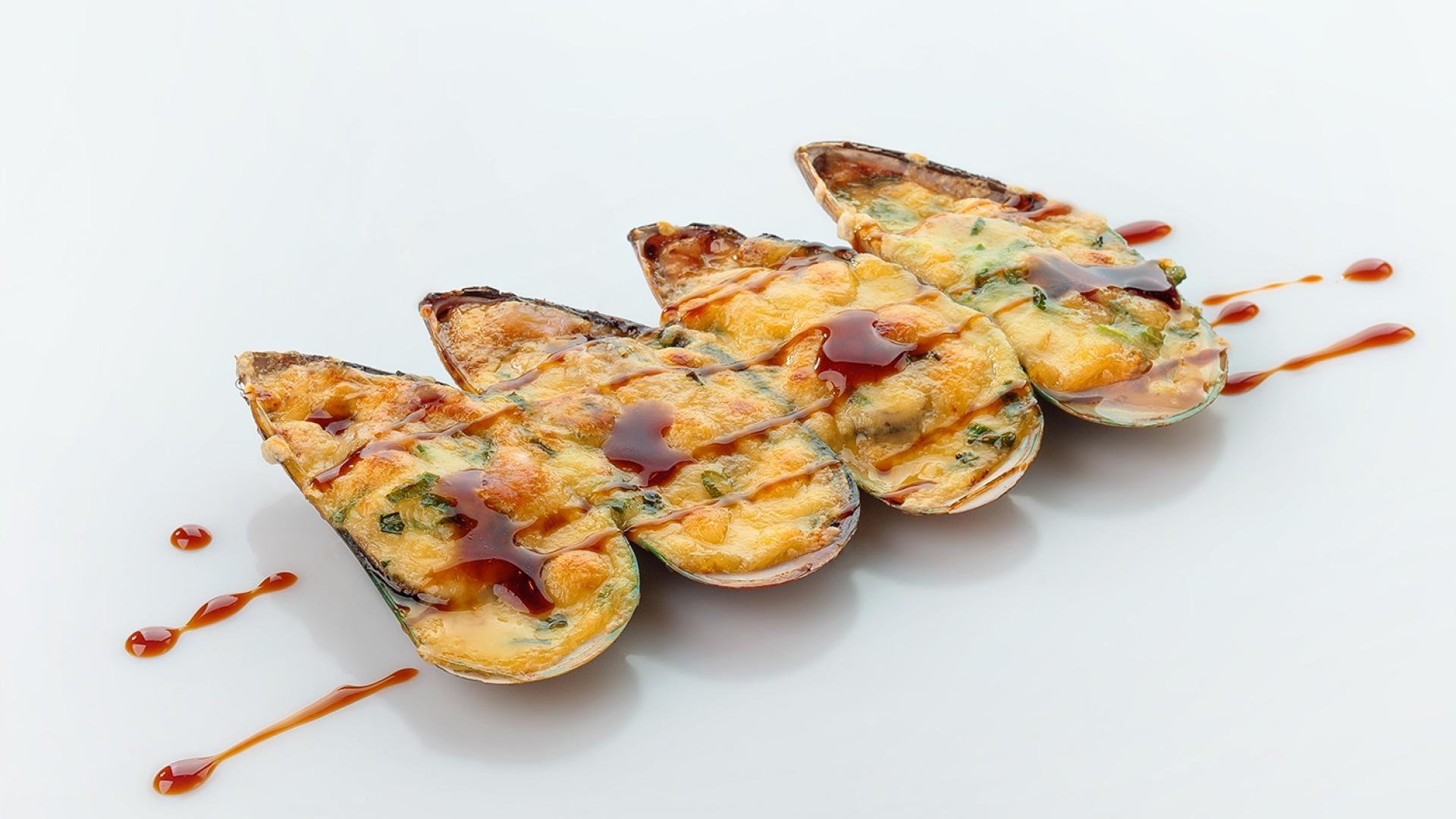 Мидии, запеченные с сырным соусом