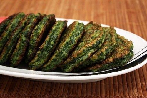 Зеленые оладьи из кабачков с йогуртовым соусом