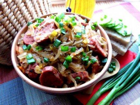 Тушёная капуста с баварскими колбасками и шпинатом