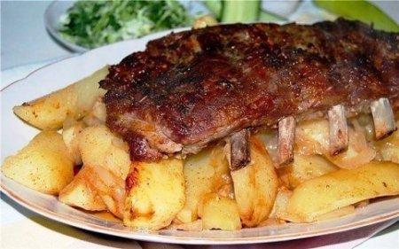 Свиные рёбрышки с картофелем в кляре