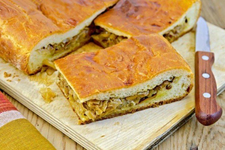 Постный пирог с грибами и квашеной капустой