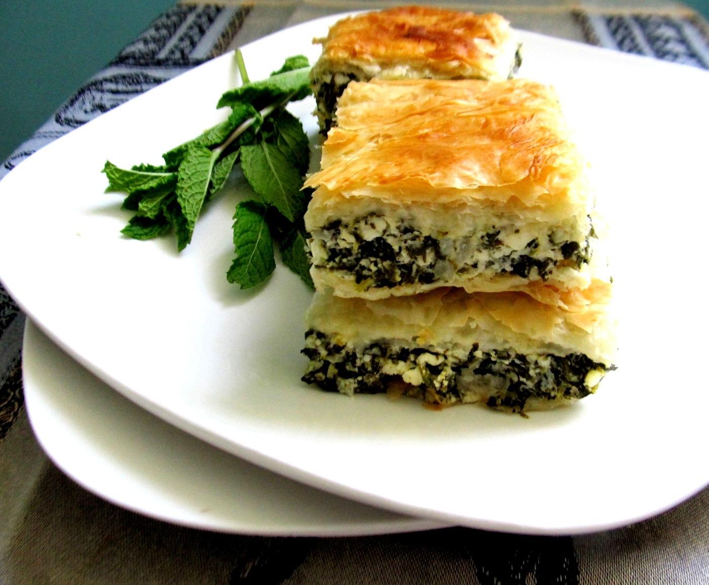 Греческие пирожки со шпинатом и фетой с соусом дзадзики