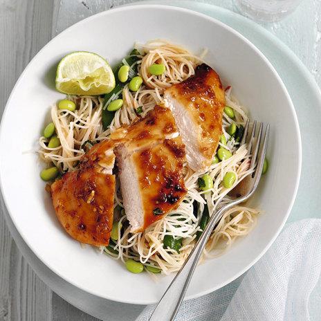 Теплый салат из курицы с рисовой лапшой