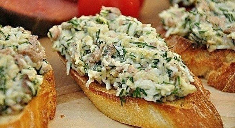 Закусочные бутерброды с печенью трески и сыром