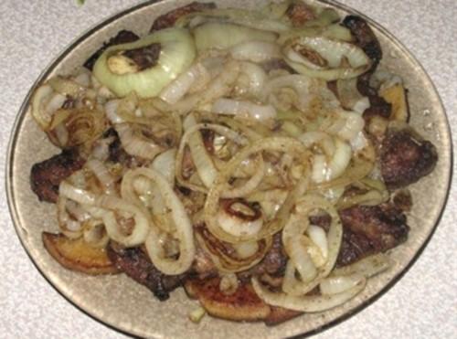 Печень с луком и яблоками по-берлински