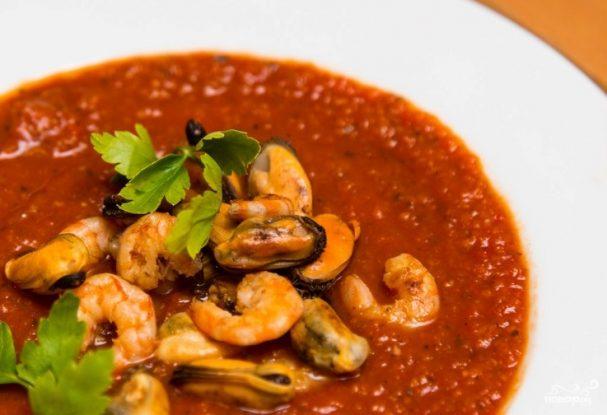 Итальянский томатный суп с морепродуктами, лососем и сельдереем