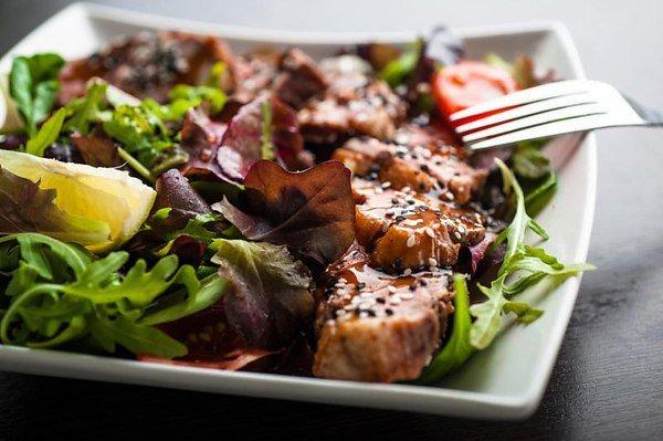 Салат с уткой, фетой и вишней