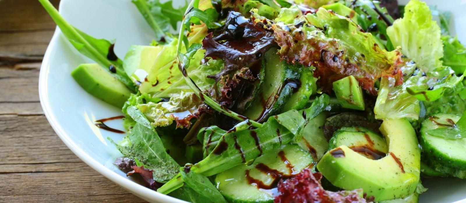 Зеленый микс-салат с авокадо