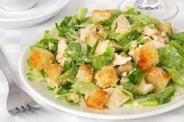 Капустный салат с ветчиной и сухариками
