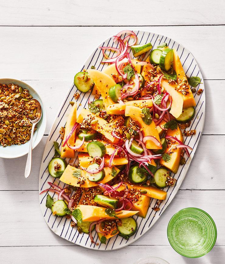 Салат из свежих огурцов и дыни с киноа