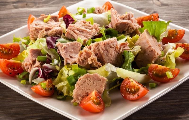 Как приготовить салат из консервированного тунца