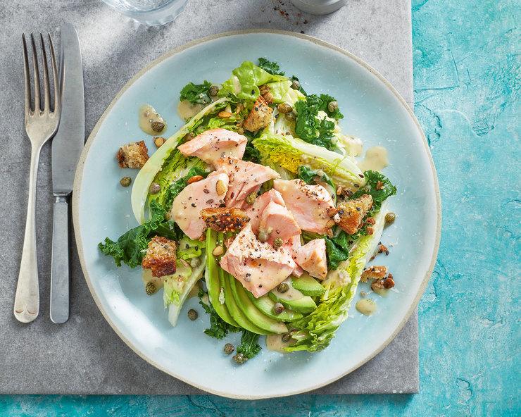 Салат «Цезарь» с лососем и авокадо