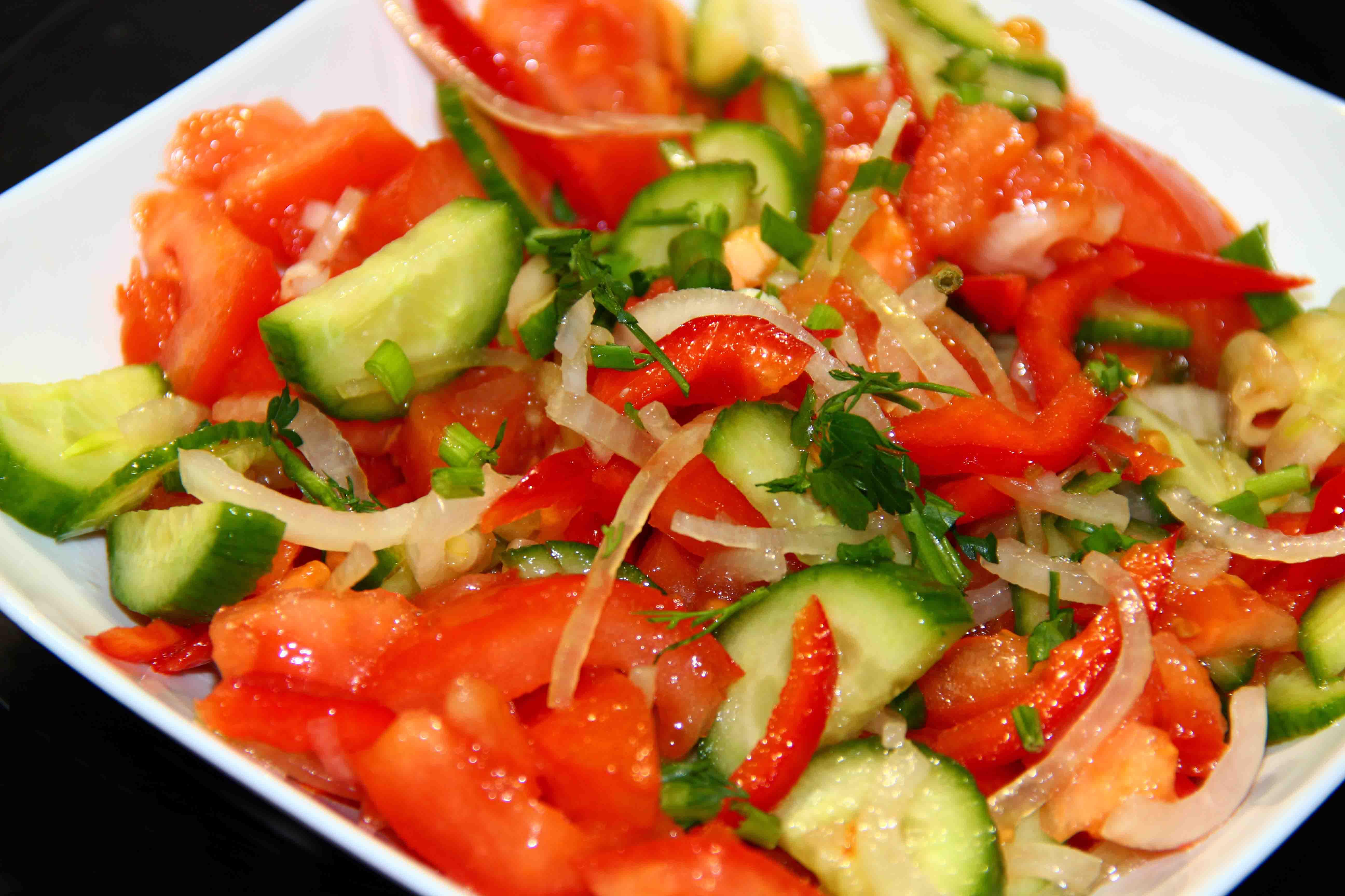 Салат из свежих овощей и бочкового огурца