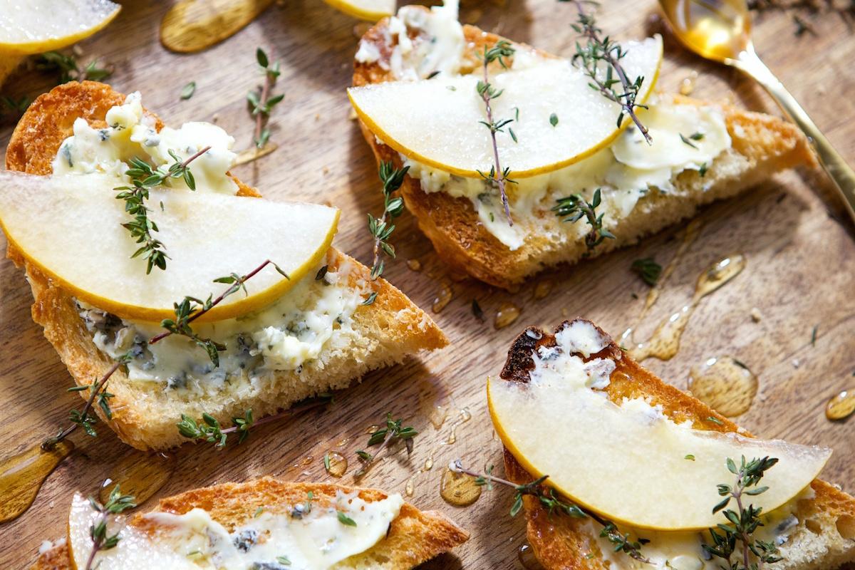 Тарталетки с карамелизированной грушей и сыра «Дор блю»