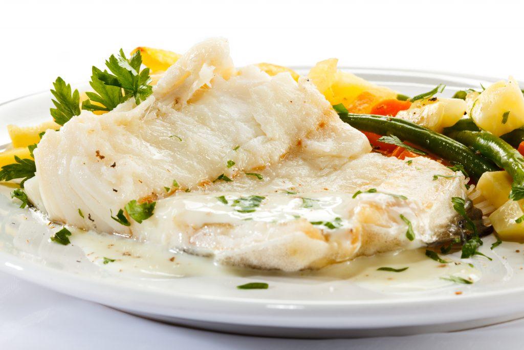 Рыба с овощами, запеченная в молочном соусе