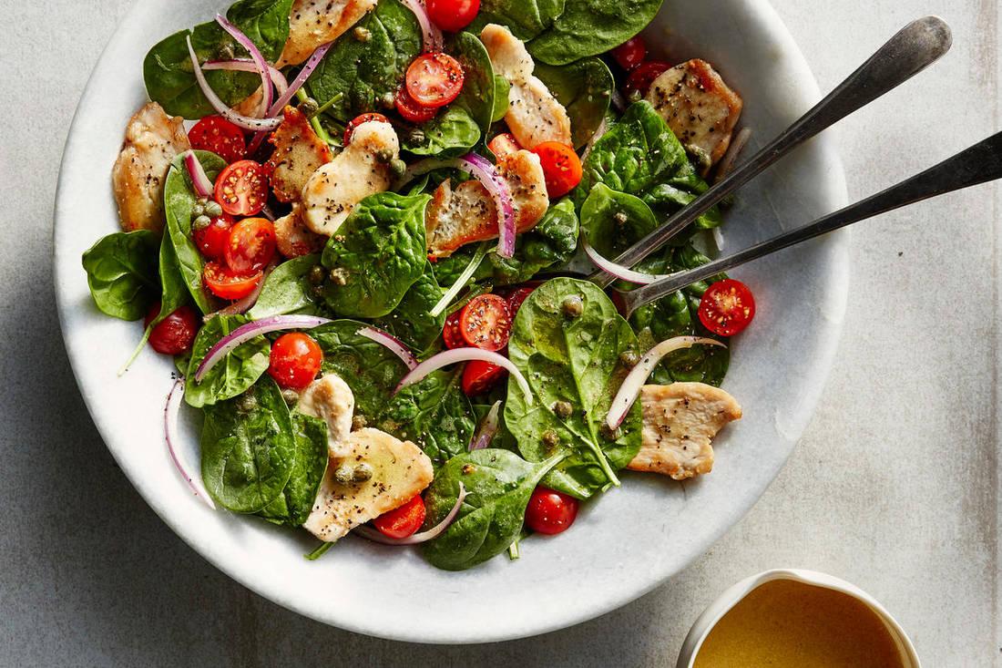 Теплый салат с курицей, шпинатом и помидорами