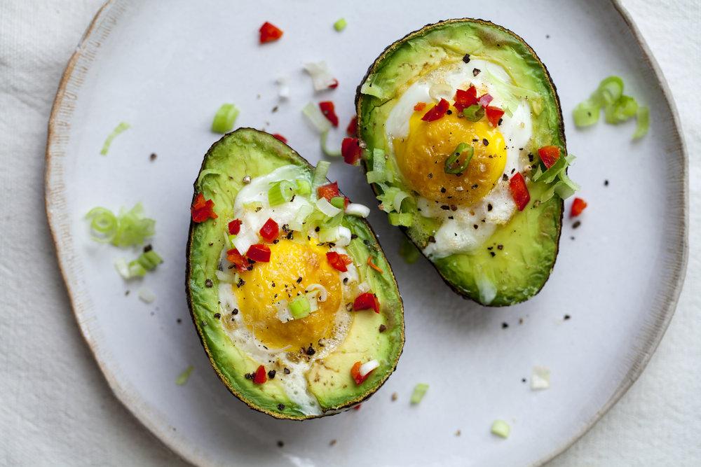 Яйца запеченные в авокадо