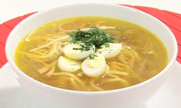 Суп с лапшой курицей и яйцом