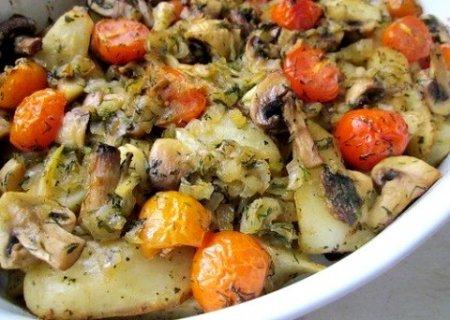 Картофель запечённый с грибами и помидорками черри
