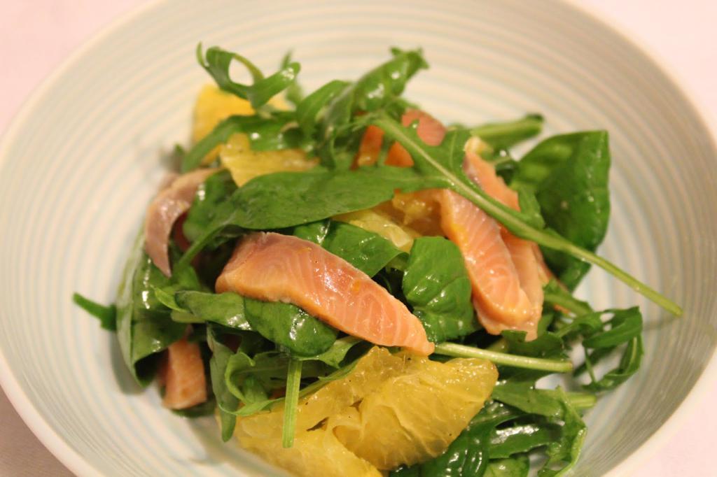 Салат с семгой, огурцами и апельсиново-горчичной заливкой