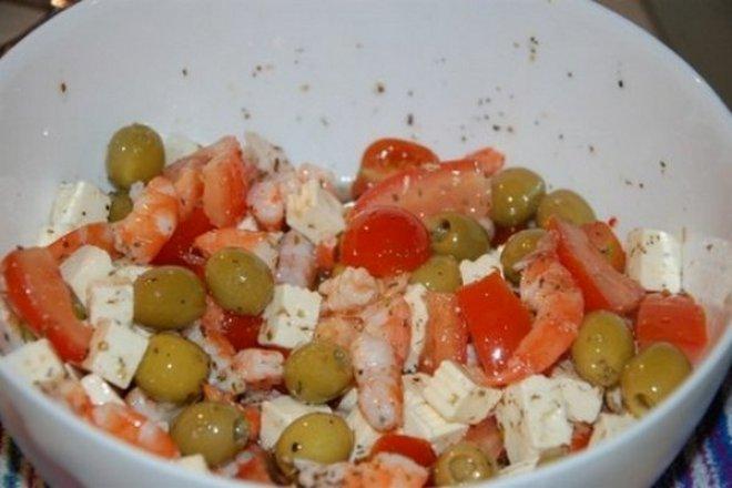 Быстрый салат с креветками и сыром