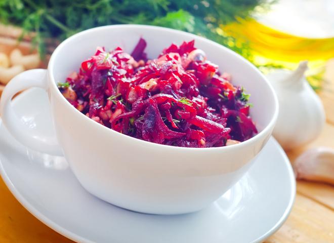 Салат из свеклы: рецепт с черносливом и орехами