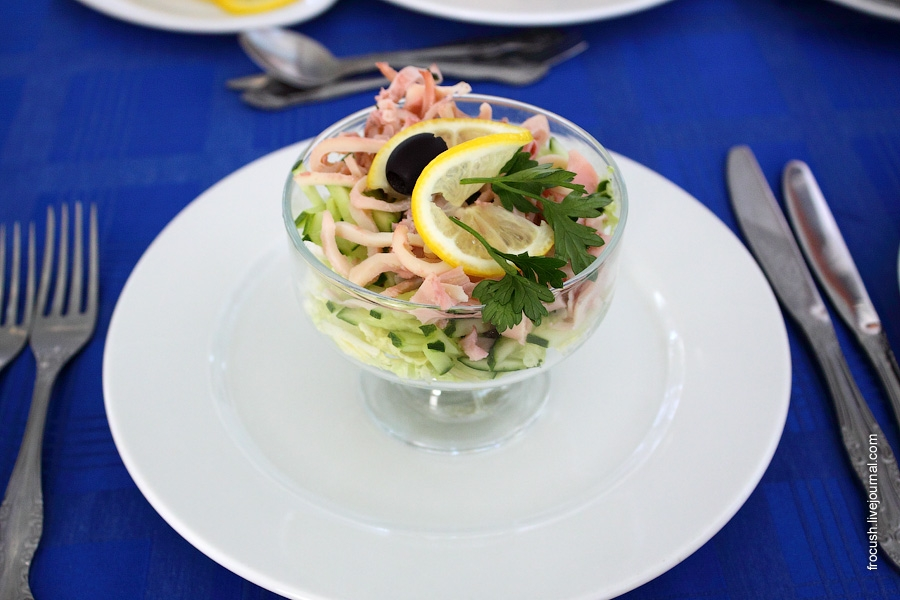 Салат с огурцами и кальмарами