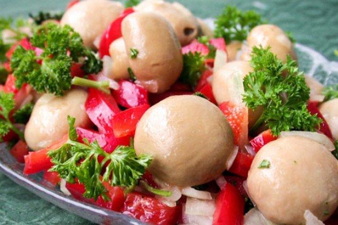 Простой салат с грибами и болгарским перцем
