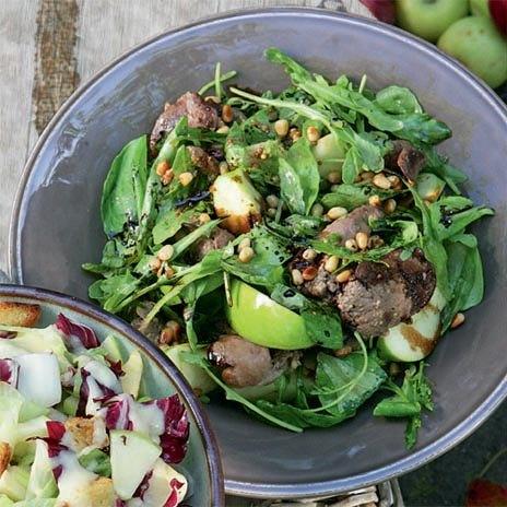 Теплый салат с яблоками и куриной печенью