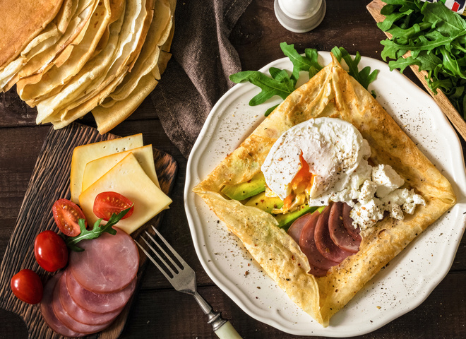 Сытный перекус: овсяноблин с яйцом пашот и авокадо