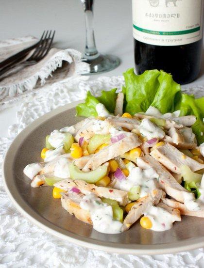 Салат из курицы с огурцом и кукурузой