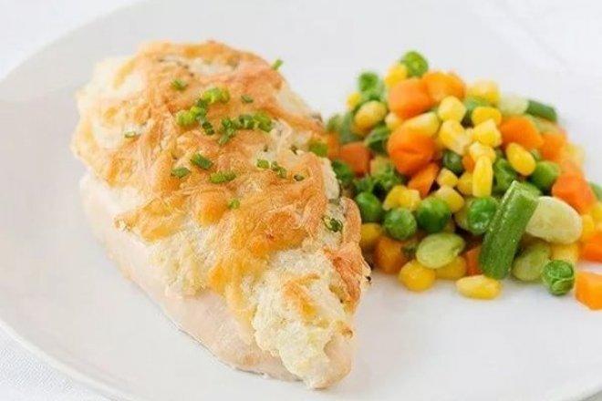 Куриные грудки под сметаной и сыром в духовке