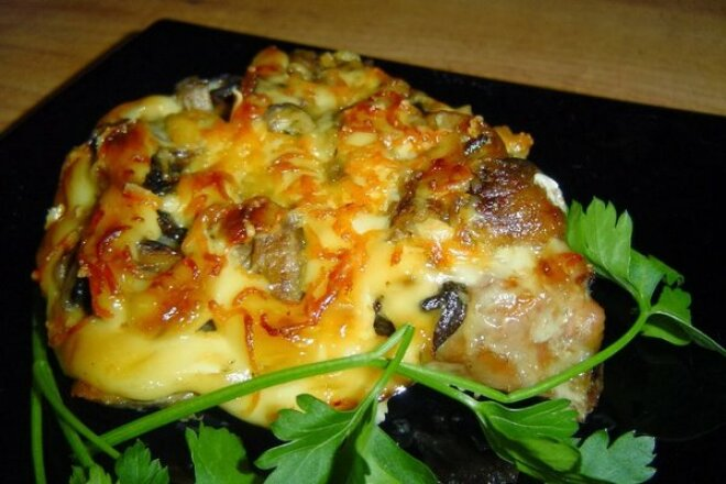 Куриная отбивная под овощами и сыром