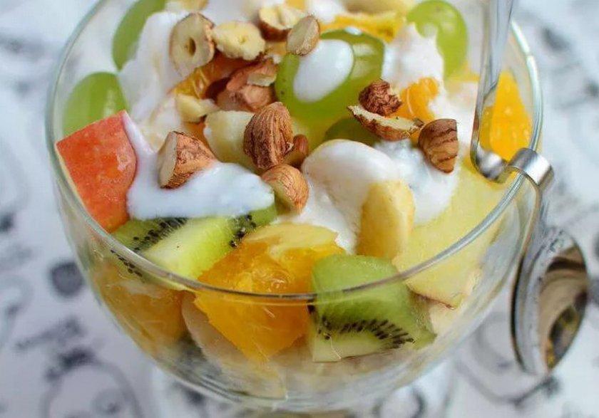 Фруктовый салат с фундуком и йогуртом