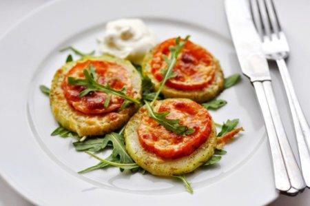 Кабачек запеченный с помидорами и сыром