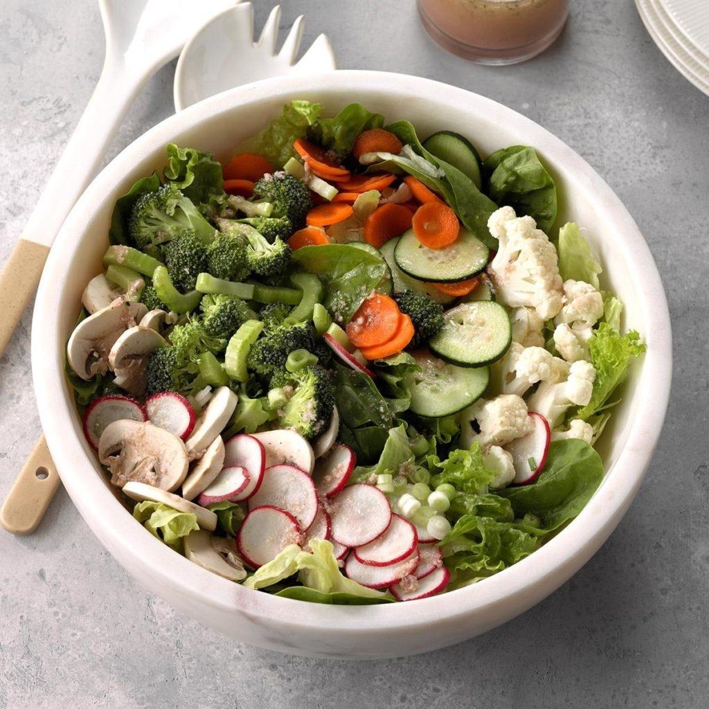 Рецепт салата «Цезарь» с лососем и авокадо
