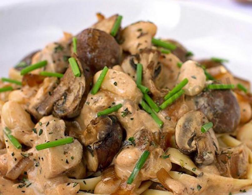 Свинина, жаренная с луком, грибами и сыром