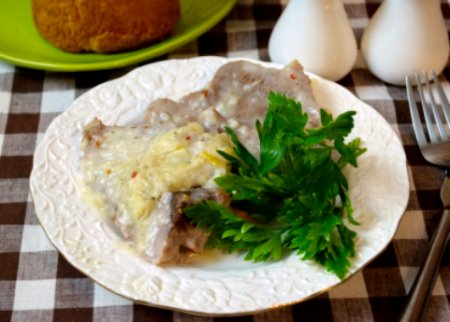 Мясо под соусом сметанным