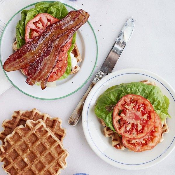 Рецепт вафельного сэндвича с беконом, салатом и помидором