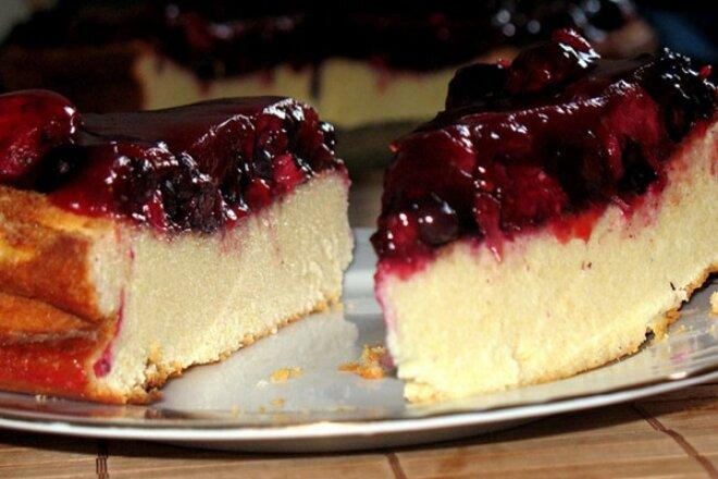 Тертый пирог творогом и ягодами