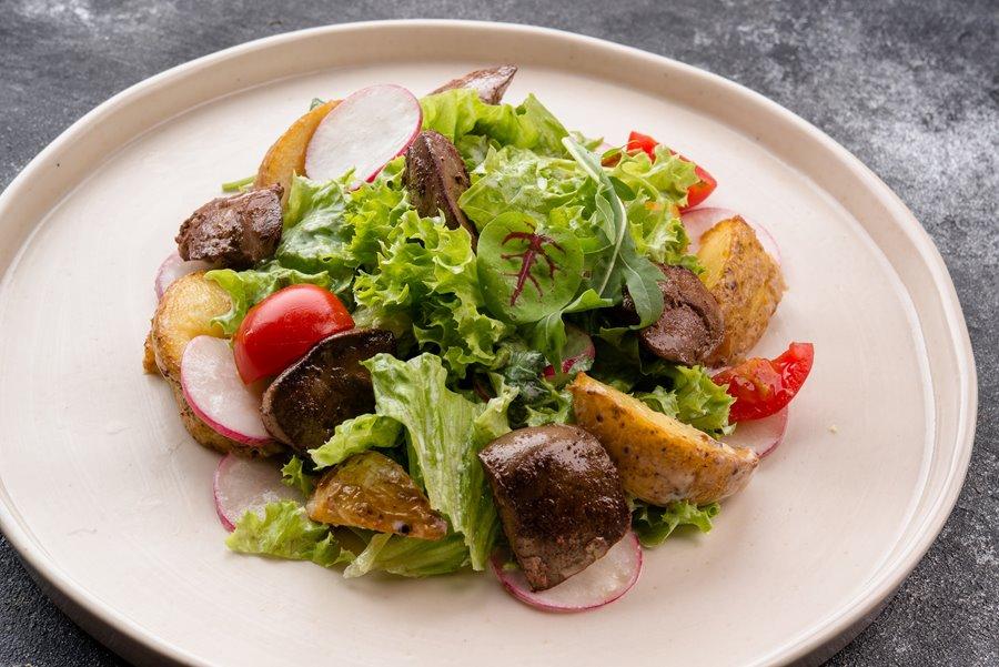 Белковый салат с куриной печенью