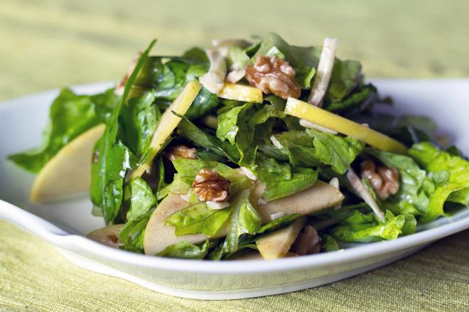 Салат из рукколы, яблок и орехов