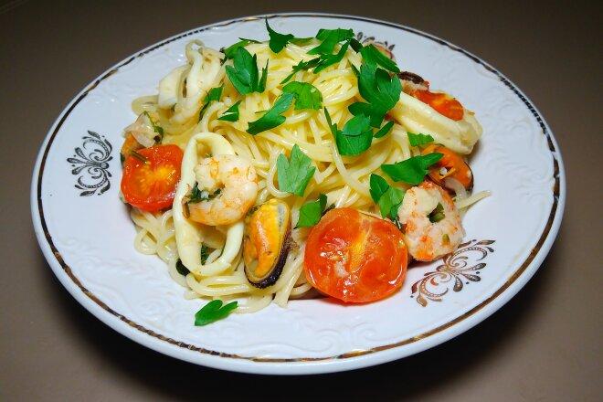 Спагетти с морепродуктами и помидорами черри в белом вине